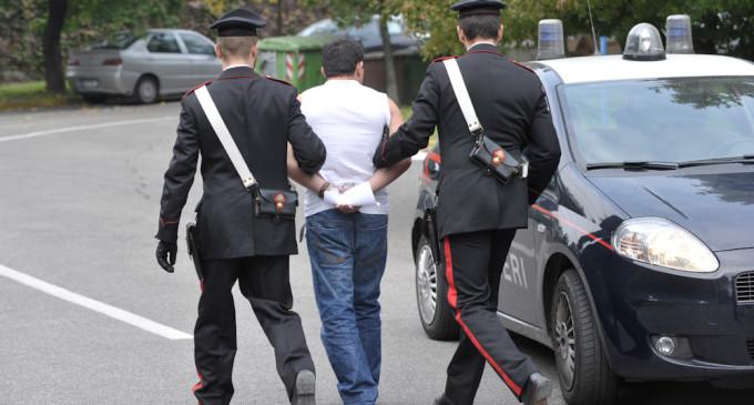 Arrestato un 28enne: ha distrutto un bar e picchiato la moglie