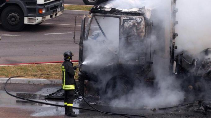 Torna in azione il piromane: dato alle fiamme un tir carico di mobili