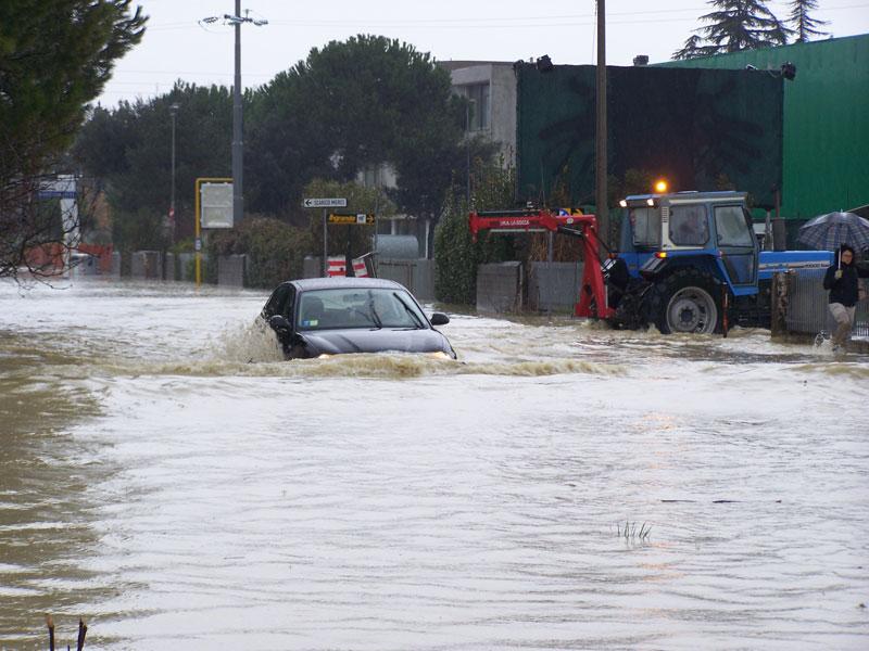 Bomba d'acqua su Senigallia: emergenza per strade, ponti e sottopassi allagati