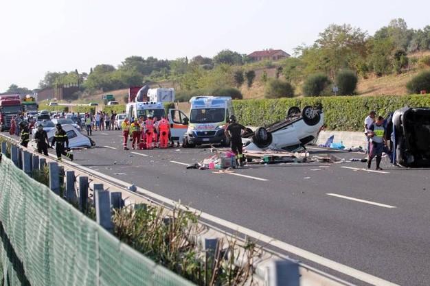 A14. Tir travolge auto sulla corsia di emergenza: un morto
