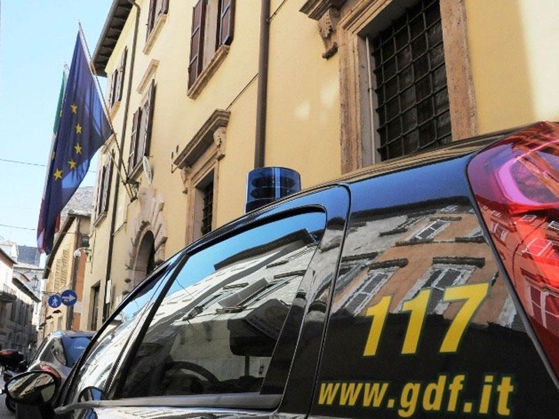 Nervoso al controllo della GDF: perquisito a casa si scoprono armi, cocaina e hashish
