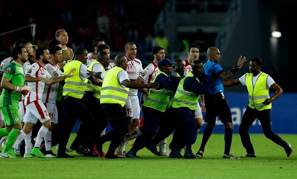 Tensioni razziali. Africano insulta l'arbitro: