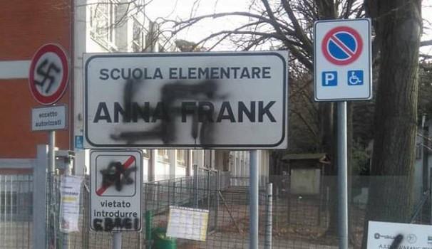 Svastica sul cartello della scuola:studenti in Sinagoga per leggere il Diario di Anna Frank