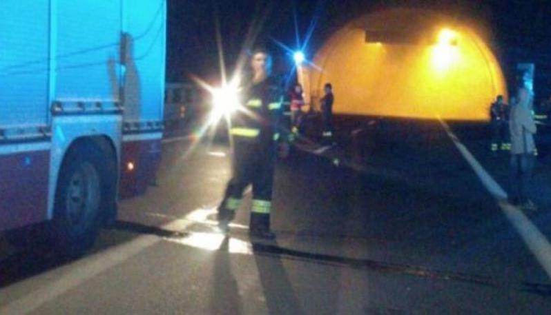Prende fuoco auto a metano: ore di terrore in galleria