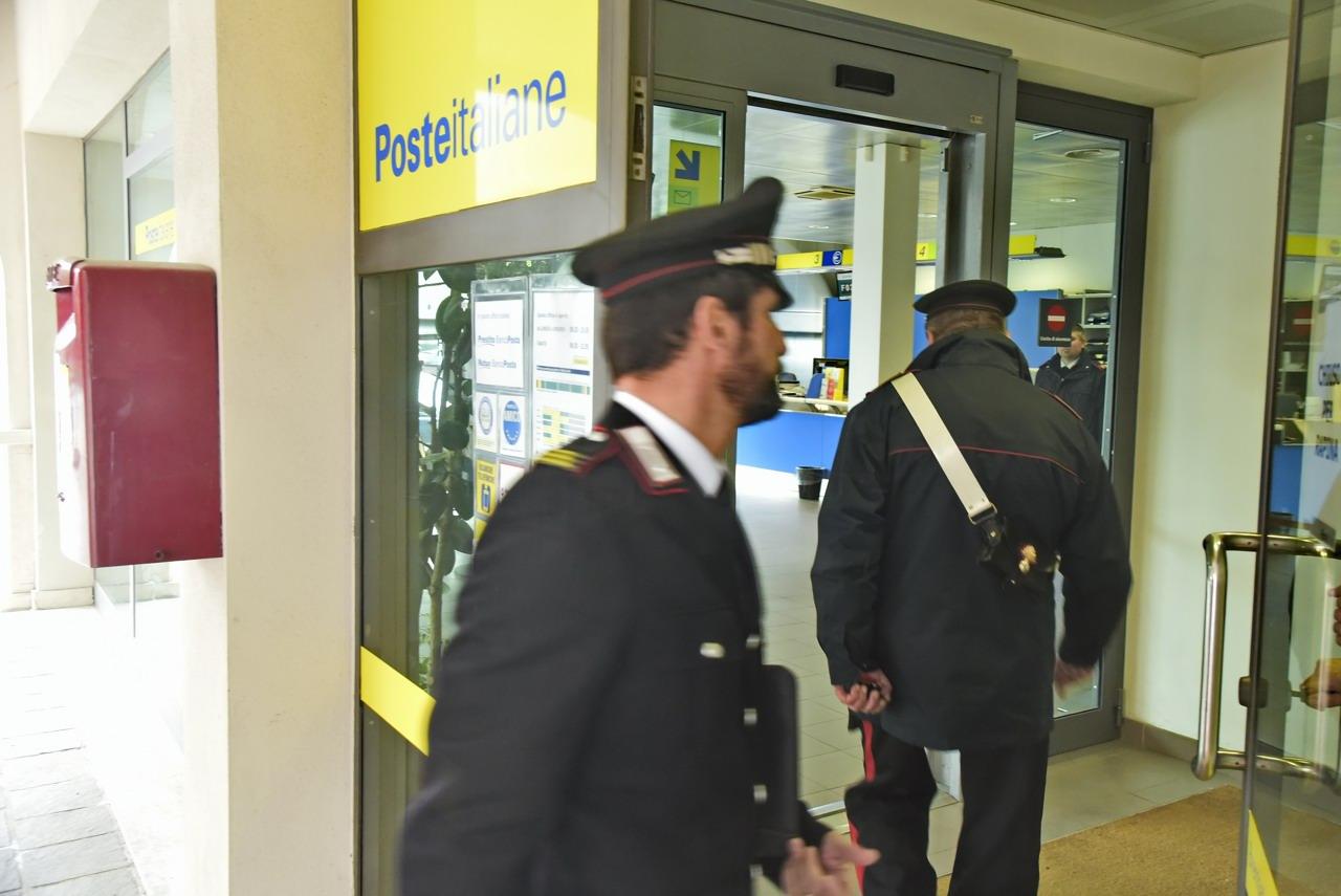 Due banditi rapinano l'ufficio postale: picchiata la direttrice ora è grave