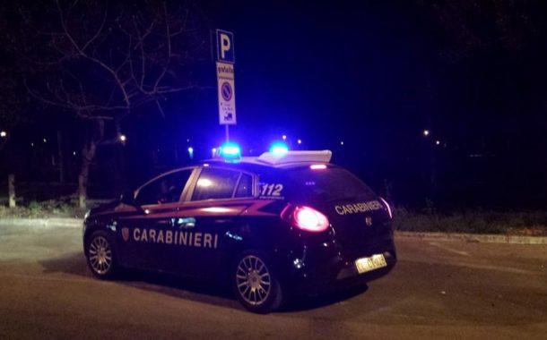 Notte di lucida follia:  ventenne fugge a 150 all'ora con l'auto, ma si schianta contro un muro