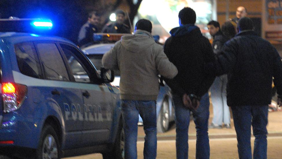 Aggredisce l'amico del figlio e minaccia i poliziotti: arrestato