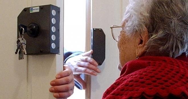 Attenzione: finte dottoresse raggirano persone sole. Anziana denudata e poi derubata