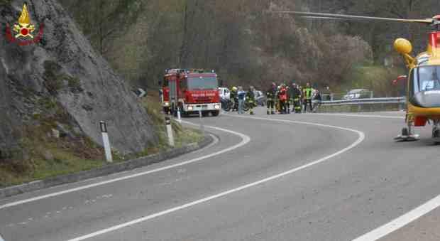 Schianto con la moto contro il guardrail:40enne ricoverato in coma