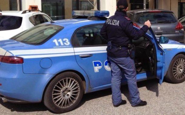 Un uomo e una donna a volto coperto: banditi armati rapinano farmacia