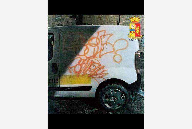 Auto delle Poste Italiane e muri imbrattati: scoperto i responsabili