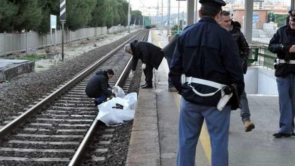 17enne travolto dal treno: ragazzini spettatori lo riprendono con il telefonino