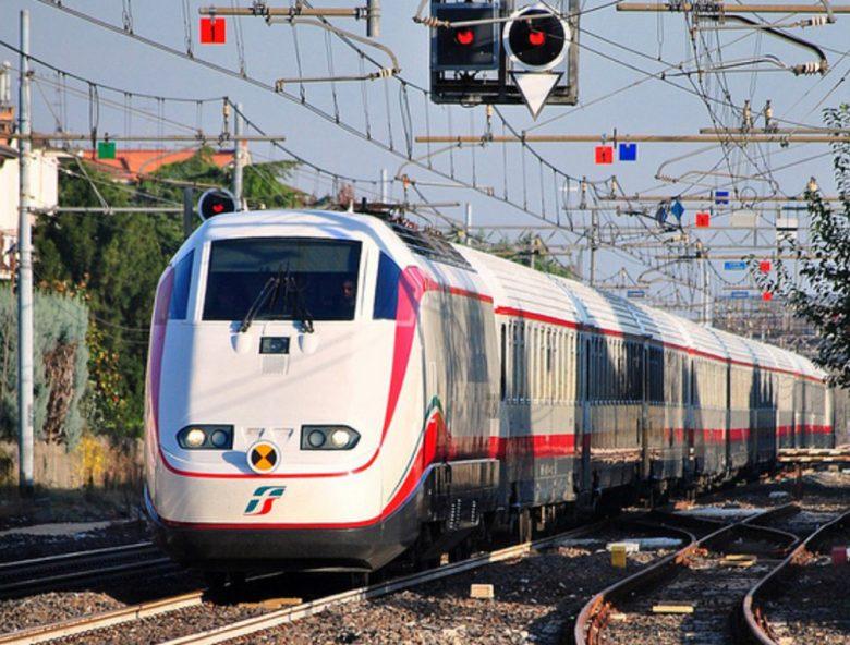 Sassate sul treno in corsa: indaga la Polfer