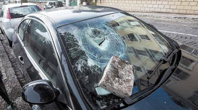 Completamente ubriaco alla guida dell'auto , lancia sassi contro gli automobilisti