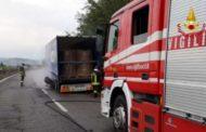 Autoarticolato si incendia sulla SS 76: intervento dei Vigili del Fuoco