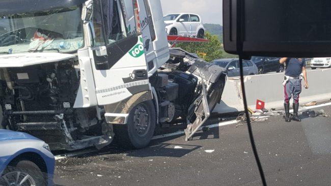 Ancona A14. Si ribalta una autocisterna: chiusa la corsia Nord. Lunghe file