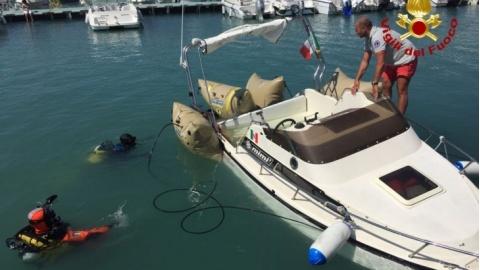 I Vigili del Fuoco recuperano nel porto turistico una barca di 10 metri affondata