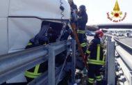 A14. Tir si schianta contro guard-rail: coinvolta un'auto con tre feriti