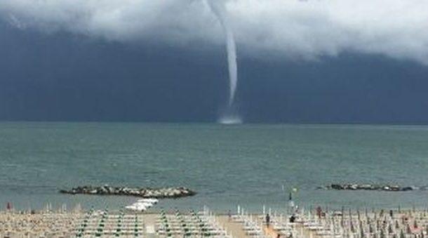 Tromba d'aria sulla costa Adriatixca: molti danni e cadute piante