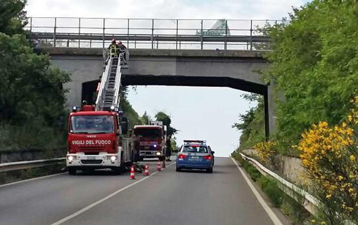 Cadono calcinacci sul ponte della A14: i Vigili del Fuoco chiudono la strada