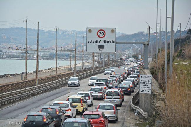 Si ribalta camion sul bypass: traffico impazzito e file chilometriche