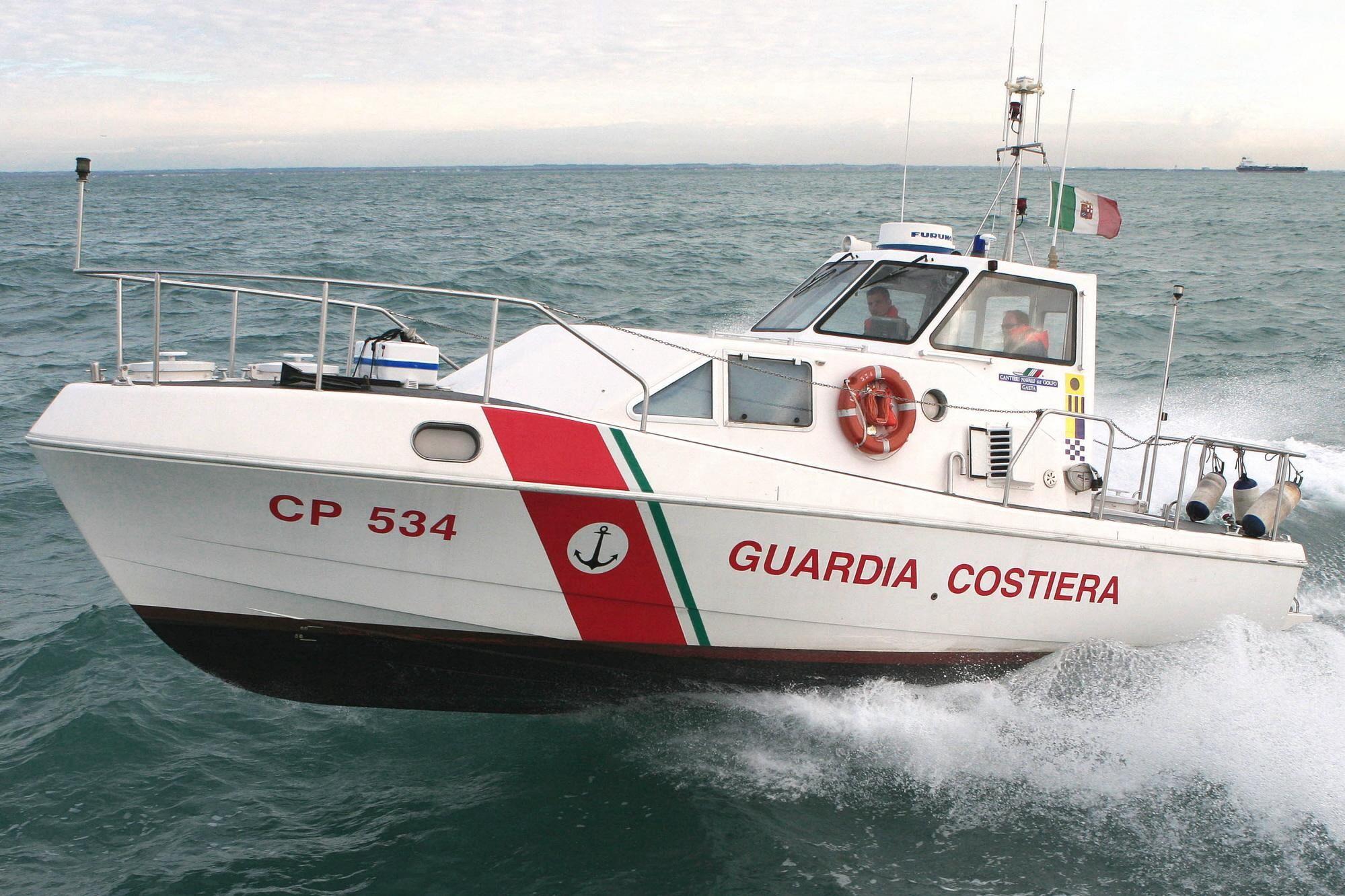La Capitaneria di Porto salva due migranti. Diventa un