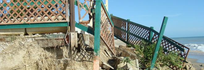 Crolli allo chalet: sotto accusa i lavori per rinfoltire la scogliera