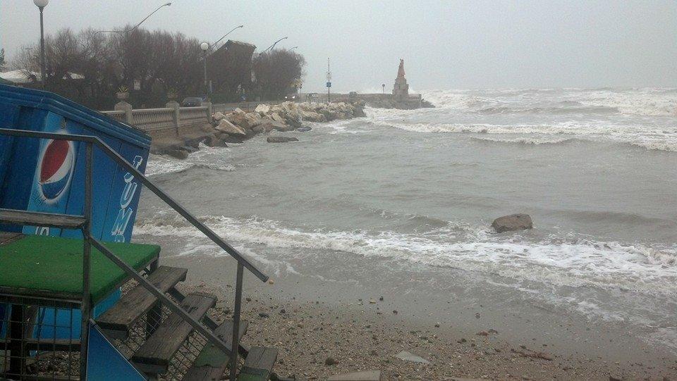 Mareggiata sulla costa Adriatica: danni ai lidi e strade con ciottoli e ghiaia. I primi interventi