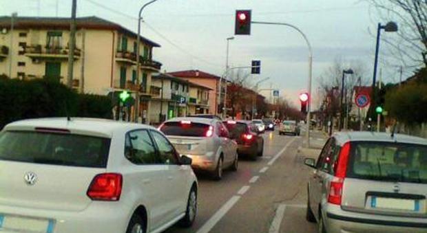 Muore d'infarto in auto mentre è fermo sul semaforo