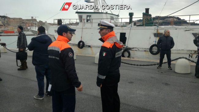 A bordo di peschereccio: marinaio cade in mare e annega