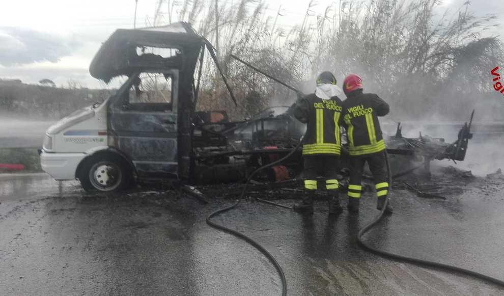 Paura in Superstrada:camper divorato improvvisamente dalle fiamme