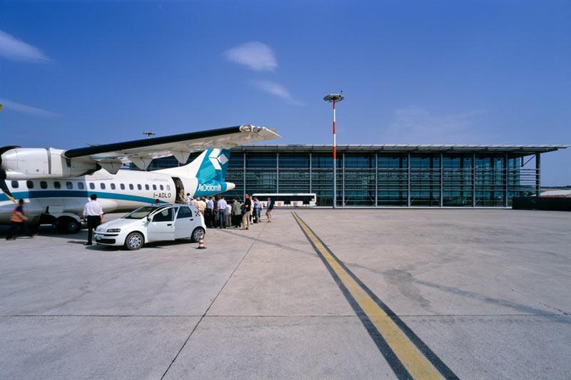 Aereo da turismo atterra con le ruote bucate: momenti di paura all'aeroporto