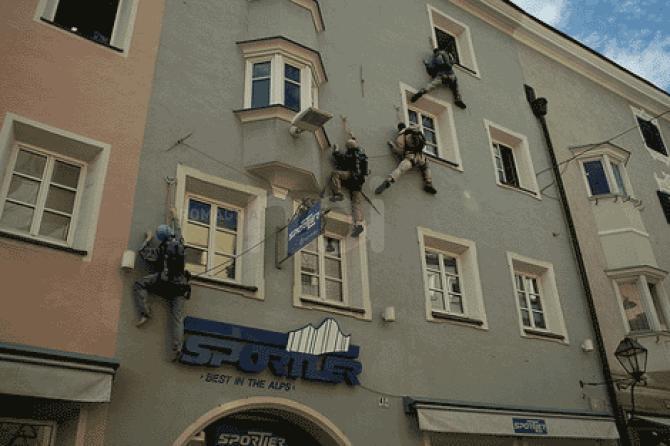 Ladri acrobati: serie di furti con l'aiuto di un filo d'acciaio per entrare in casa