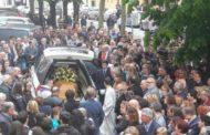 L'addio allo studente morto in Ungheria: bagno di folla e commozione per l'ultimo saluto a Leonardo