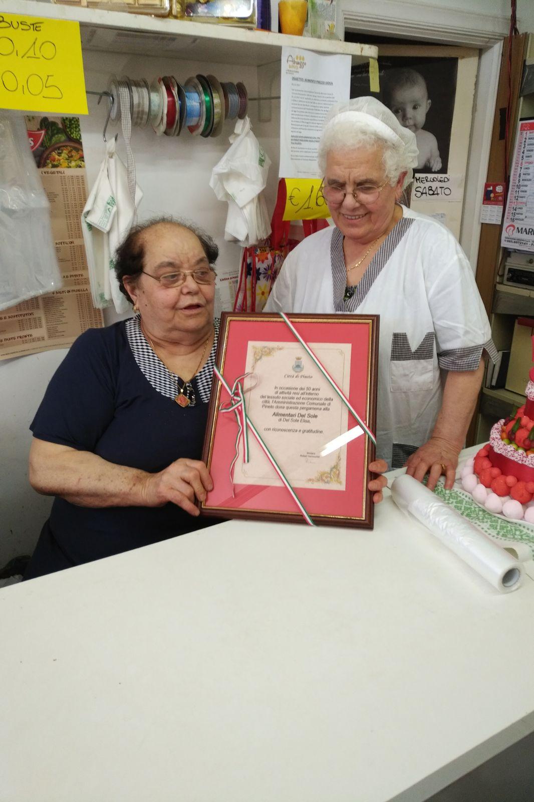 Pineto. 50 anni di attività: il Sindaco dona una pergamena ad