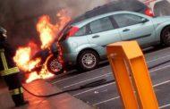 Vanno a fuoco due auto: un Supermercato evacuato