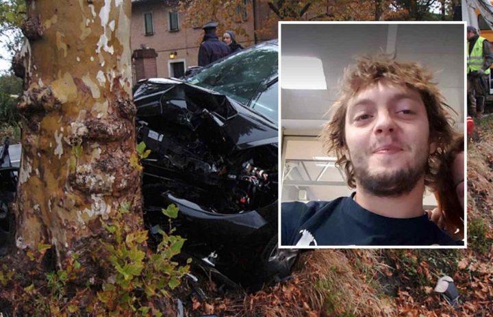 Giovane di 25 anni si schianta e muore con l'auto contro un albero