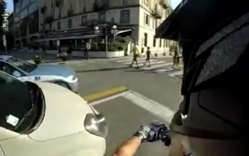 Ancora una folla moda tra i giovanissimi: correre in strada per schivare le auto