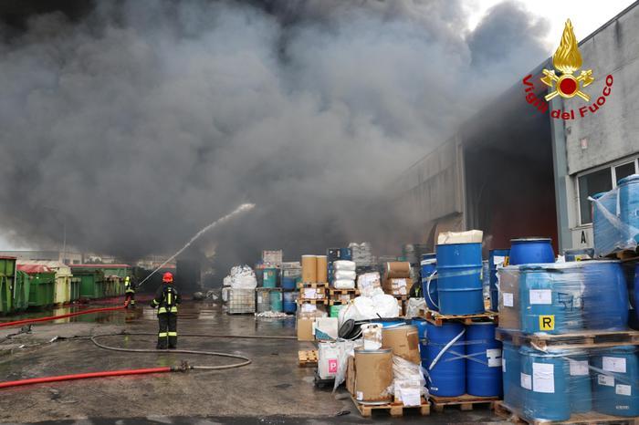 A fuoco azienda di rifiuti: intervento di 50 vigili del fuoco