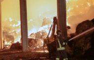 A fuoco capannone con mille tonnellate di fieno  e cinque mezzi agricoli