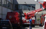 Sale sul tetto dell'azienda danneggiato dal maltempo: cade ed ora è in gravi condizioni