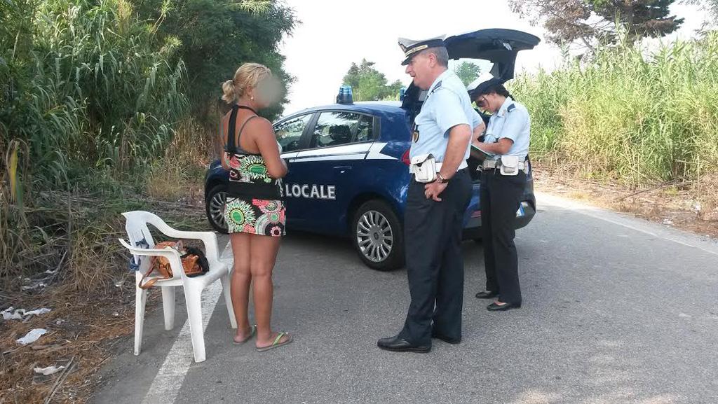 Fanno sesso a fianco la strada:la Polizia Municipale eleva la multa a cliente e prostituta