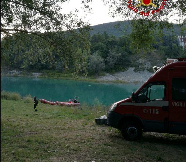 Si tuffa nel Lago e sparisce: ritrovato morto all'alba