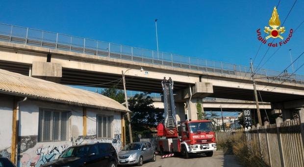 Cadono pezzi di cemento dal viadotto: intervengono i Vigili del Fuoco