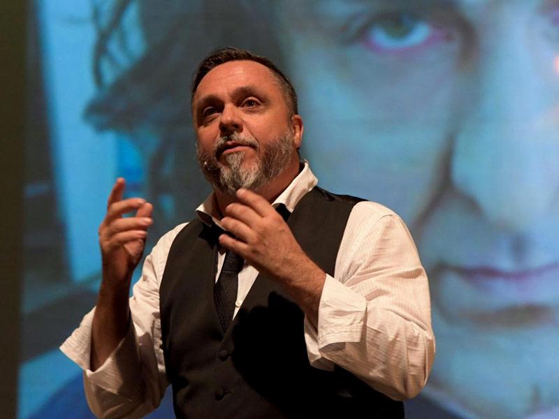 Il comico Gabriele Cirilli presenta al Teatro Comunale di Cagli il suo nuovo spettacolo