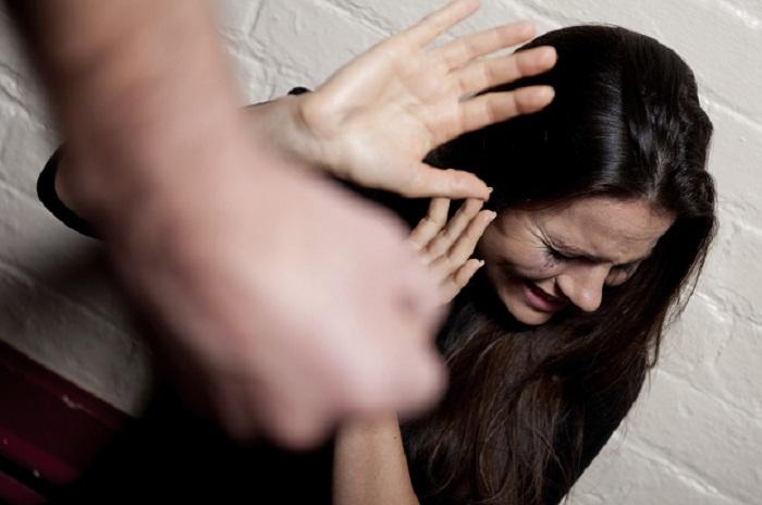 Picchia selvaggiamente la moglie: la figlia 12enne chiama i Cc