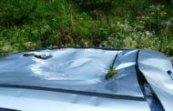 Un masso colpisce il tetto di un auto: paura per un 19enne
