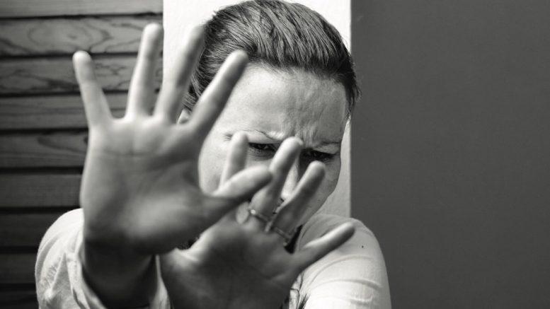 Stalking: si barrica in auto con il figlio. 28enne rischia il carcere