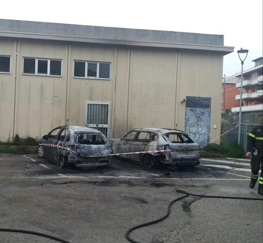 Silvi Marina. Alba di fuoco  incendiate cinque auto. Indagano i  Carabinieri FOTO ba3d19d792b