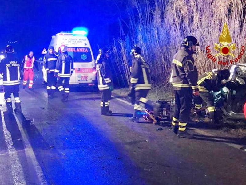 Grave incidente stradale: autocarro contro auto, un morto